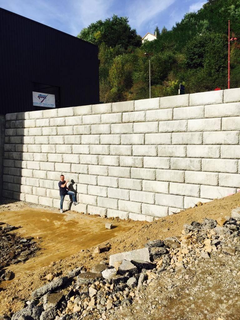 Pose de mur de sout nement en blocs b ton sur le bassin d - Terrassement bassin d arcachon tourcoing ...